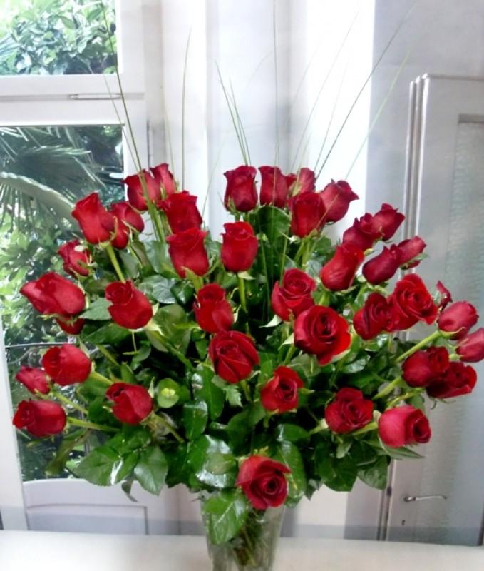 Espectacular jarrón de 50 Rosas