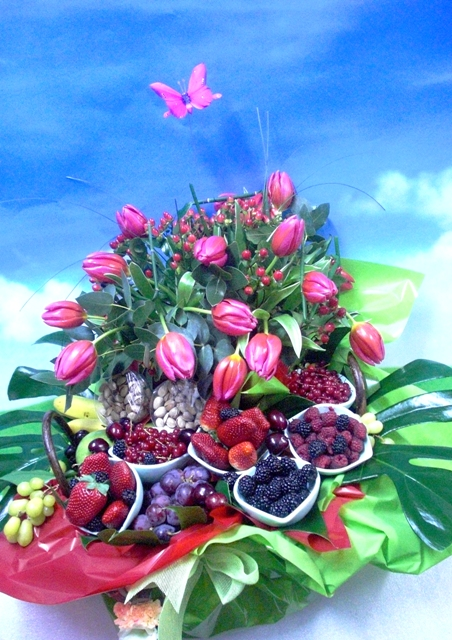 Cesta de Frutas y Tulipanes
