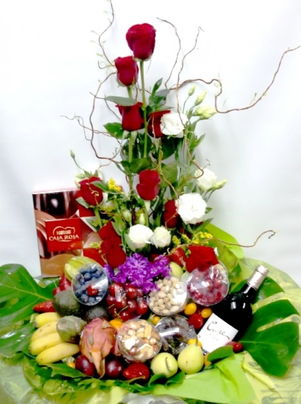 Cesta de Frutas con rosas,vino, chocolate