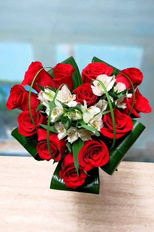 Corazón de rosas y Alstroemeria