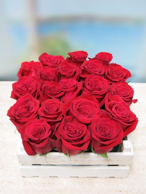 20 rosas en caja de madera