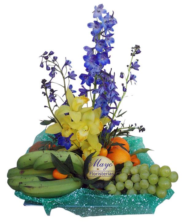 Cesta de frutas con flor.
