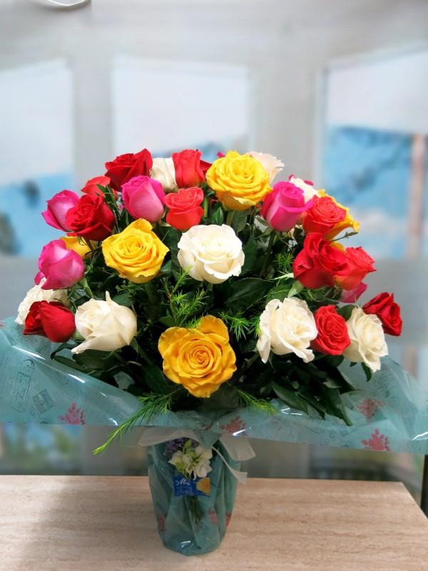 Espectacular Jarrón de 50 Rosas Variadas