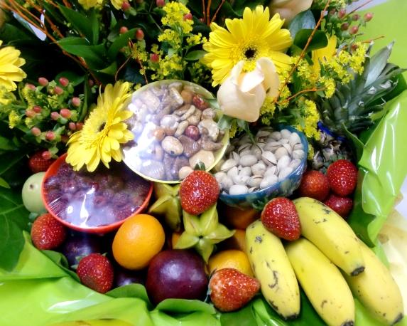 Cesta de frutas y Gran Variedad de Flor - Foto 2