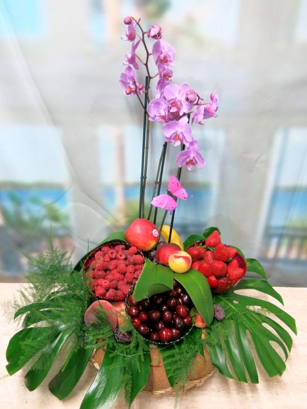 Original Cesta de Frutos rojos con Orquidea