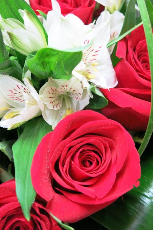 Corazón de rosas y Alstroemeria - Foto 4