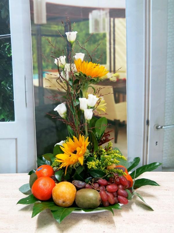 Centro de frutas y flores
