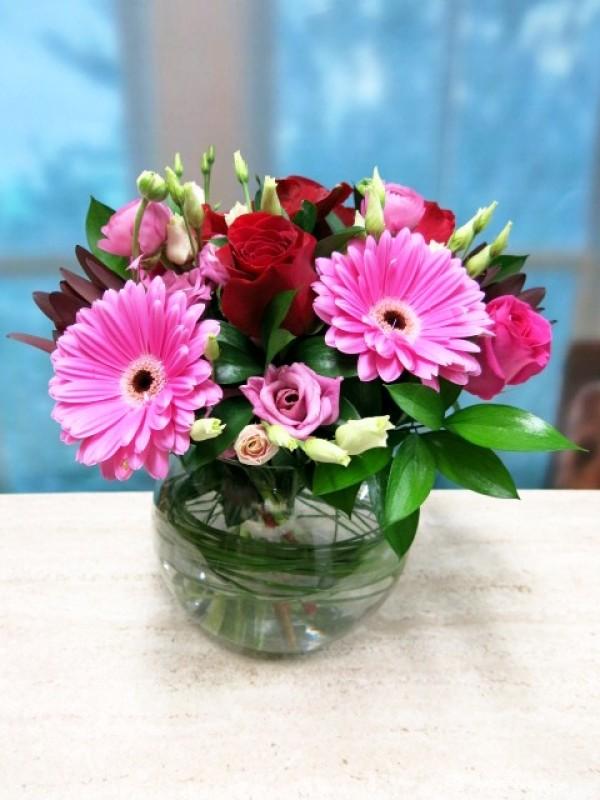 Flores rosas y rojas en cristal