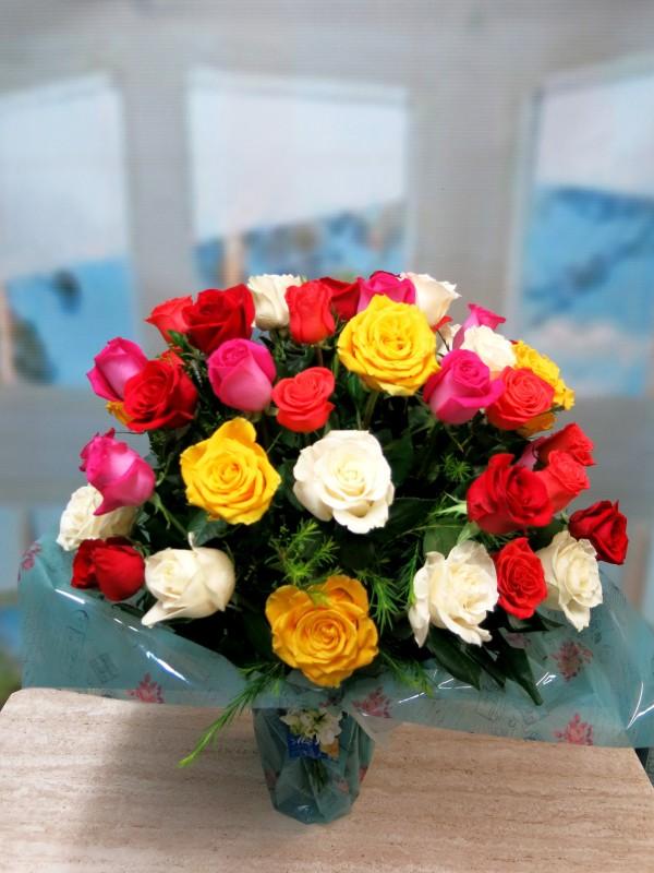 Espectacular Jarrón de 50 Rosas Variadas - Foto 2