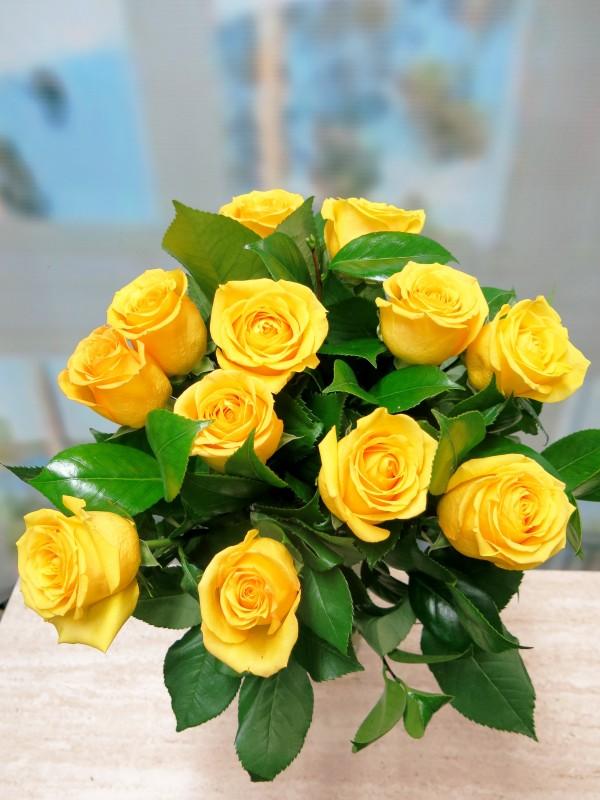 Ramo de 12 Rosas amarillas tallo corto 50-60 cm. - Foto principal