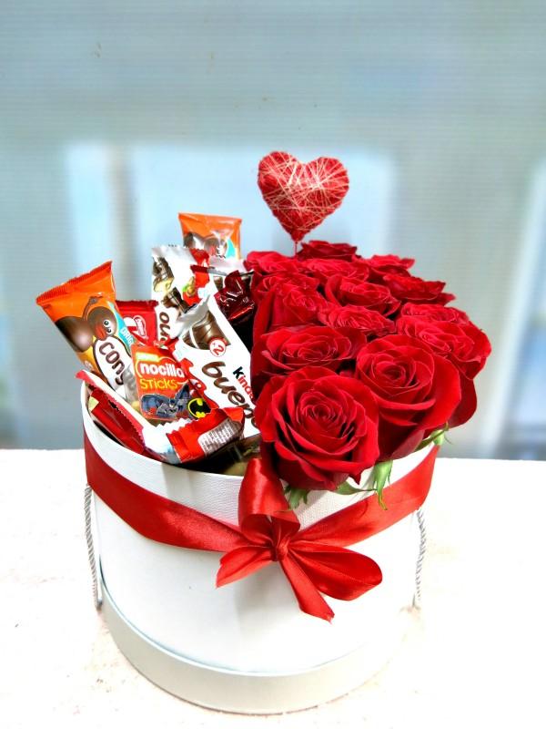 Roses and Chocolates in a box - Foto principal