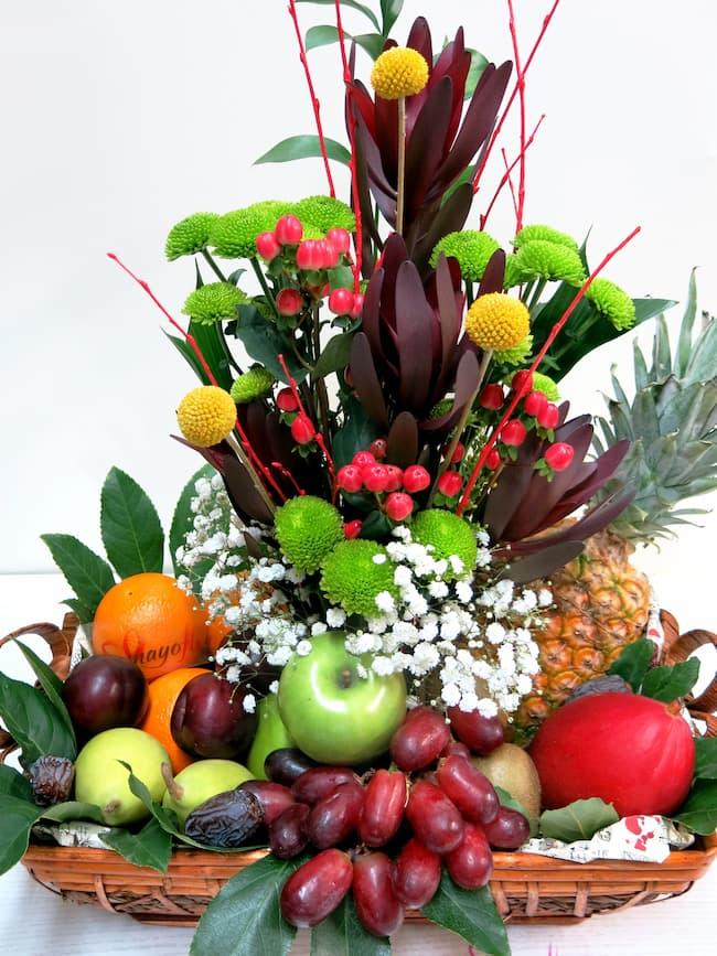Frutas variadas y flores en un centro panera - Foto 4