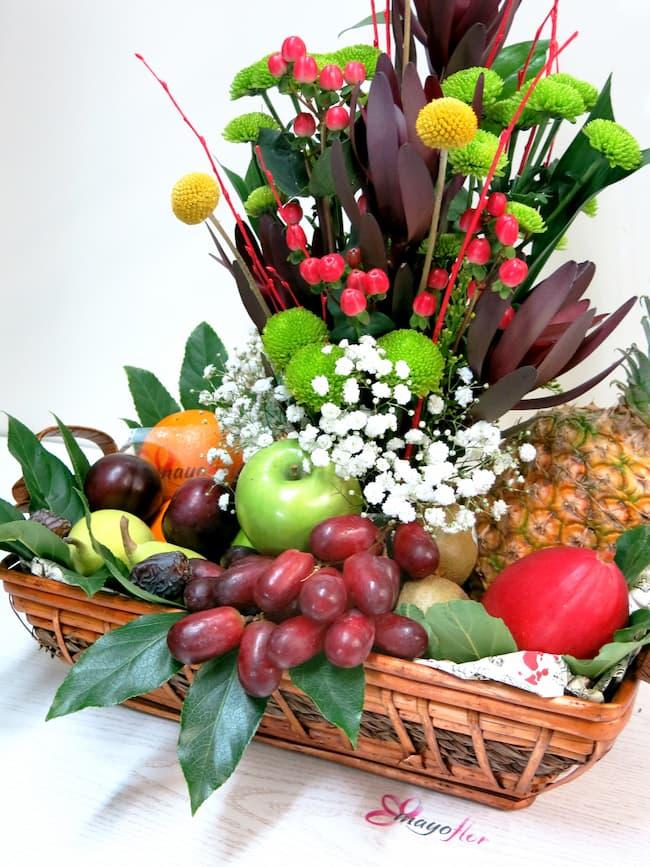Frutas variadas y flores en un centro panera - Foto 3