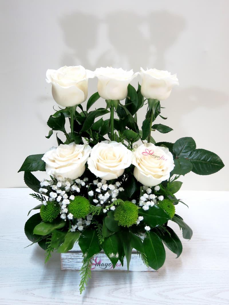 Centro de 6 Rosas en caja de madera - Foto 2