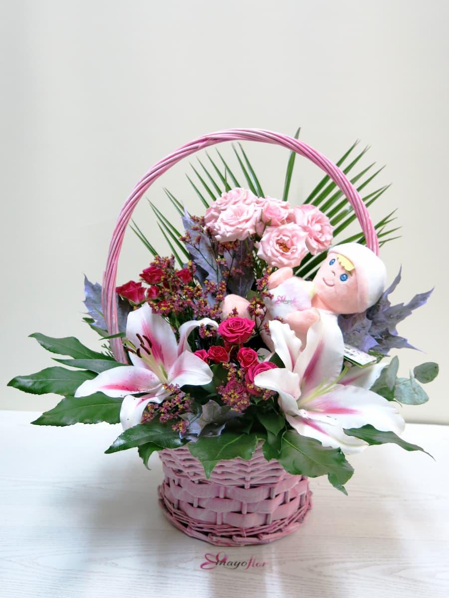Flores en cesta de mimbre con peluche - Foto principal