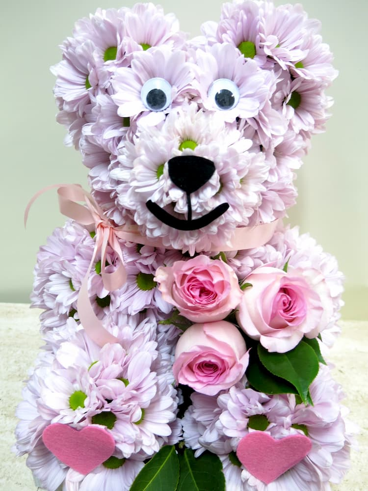 The Roses are brought by the teddy bear made of white daisies. - Foto 5