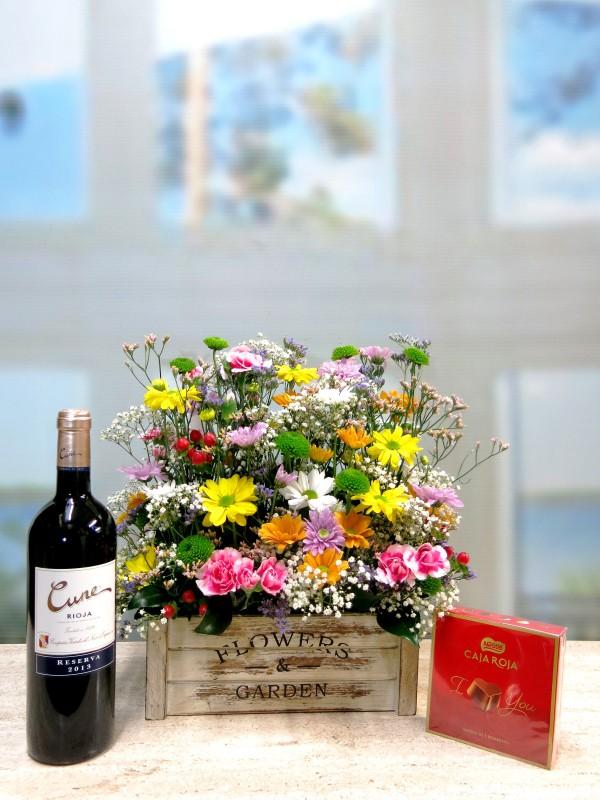 Alegría primaveral regalo completo; flores, bombones y vino - Foto principal