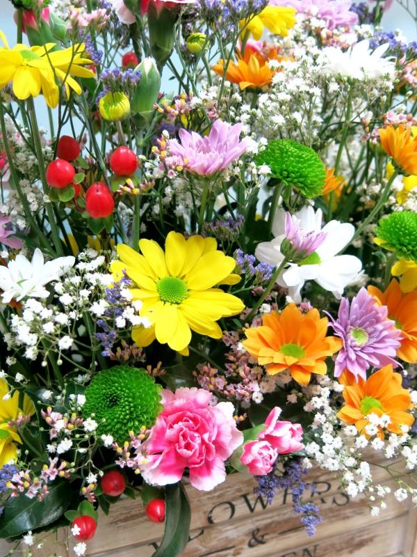 Alegría primaveral regalo completo; flores, bombones y vino - Foto 2