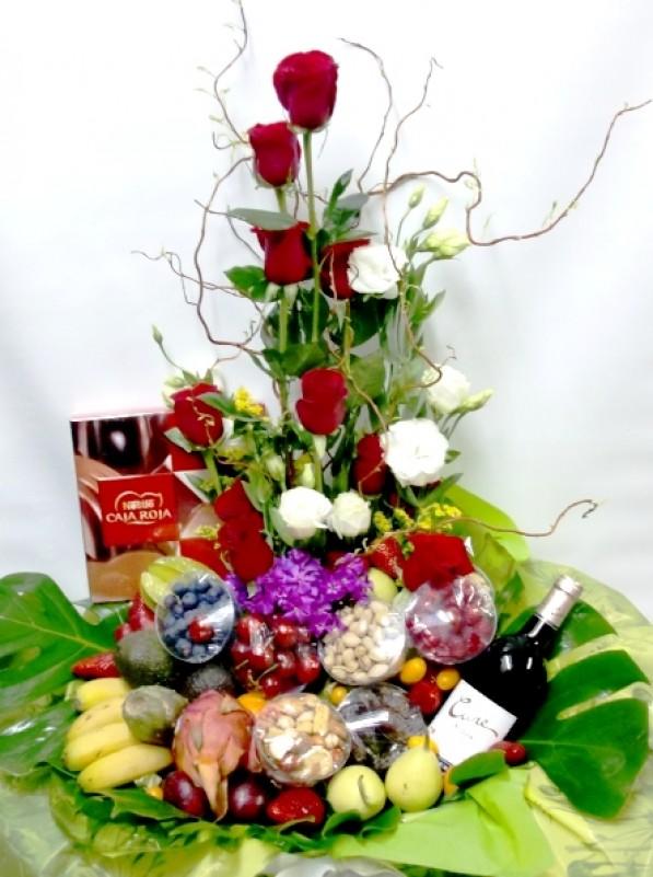 Cesta de Frutas con rosas, vino, chocolate - Foto principal