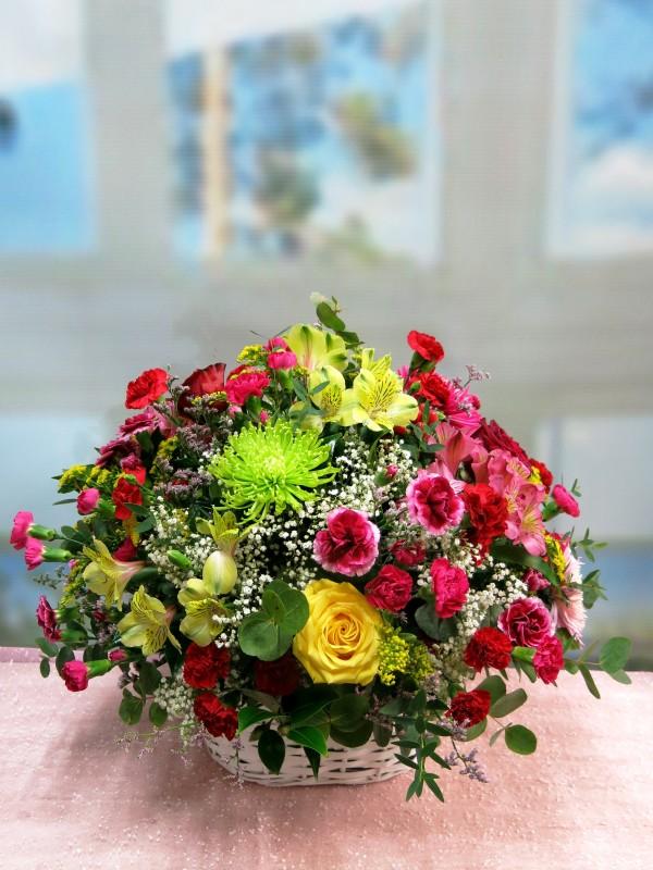 Explosión de color, cesta de mimbre con flores muy variadas - Foto principal