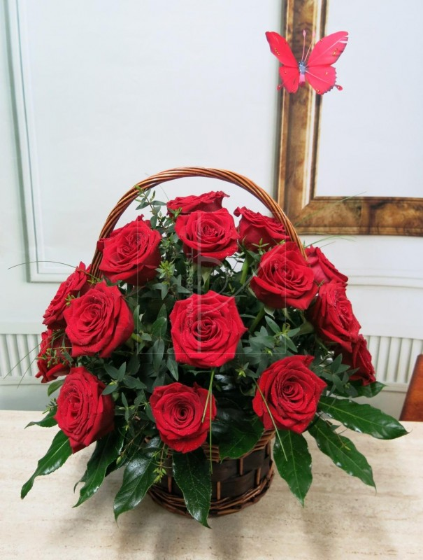 Cesta con 24 Rosas y una Mariposa de regalo. de color rojas