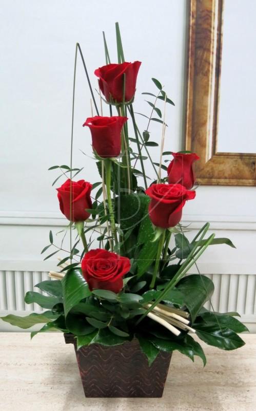6 Rosas en Cesta de color rojas