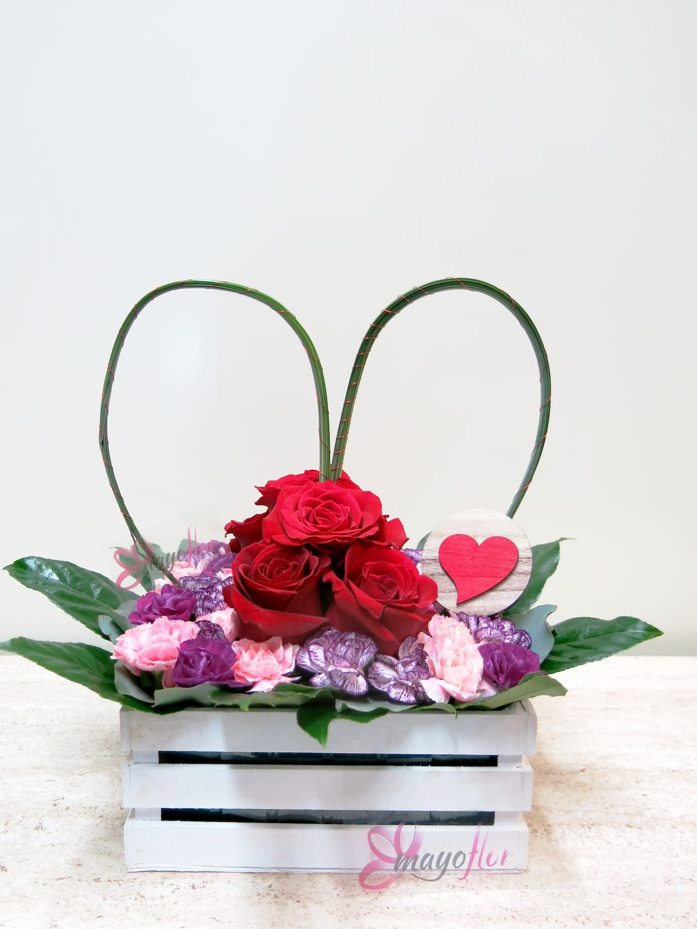 Center of rose AND carnation in white wooden container with a big heart - Foto principal