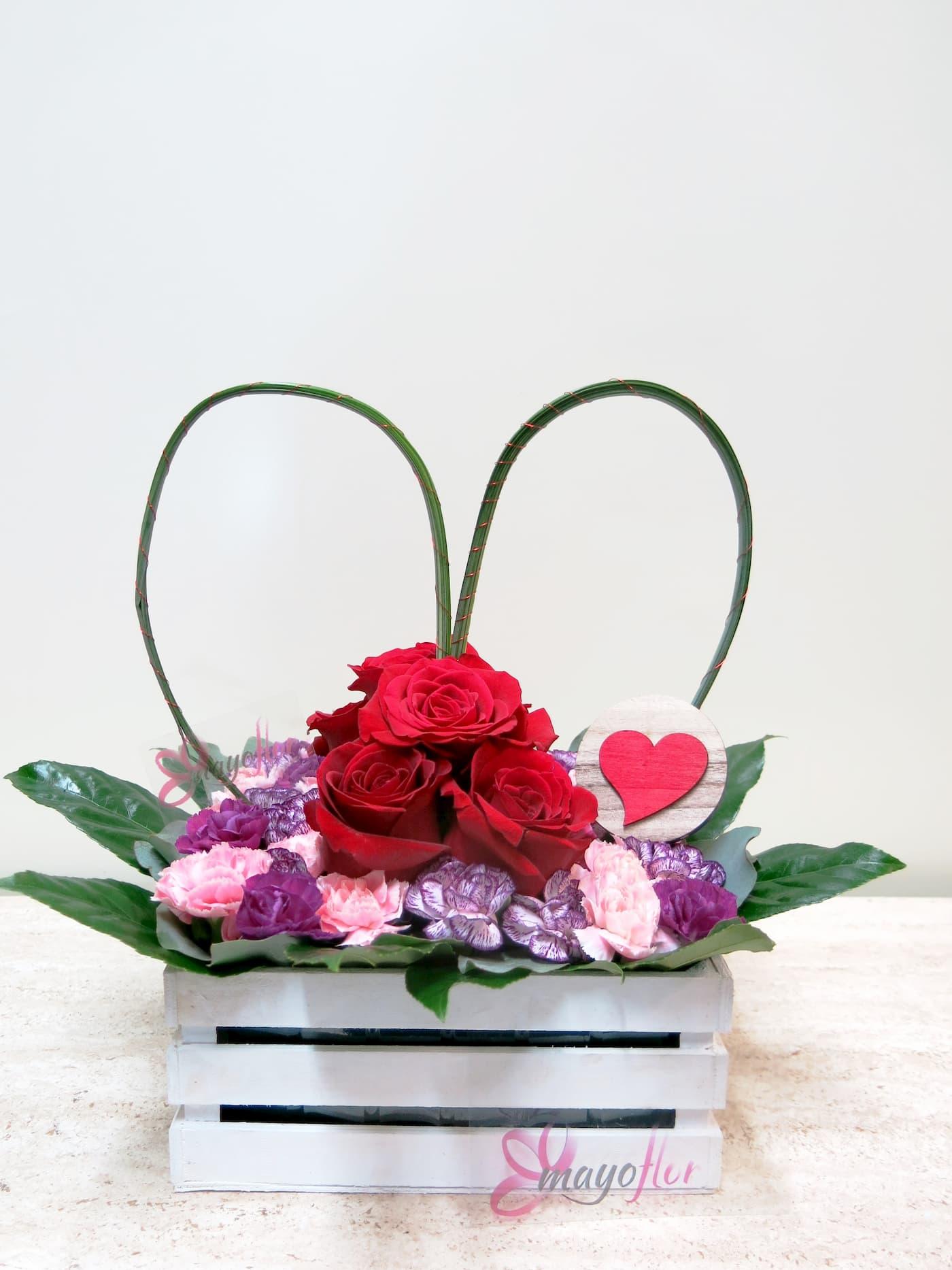 Centro de rosa Y clavellina en recipiente de madera blanca con un gran corazón - Foto principal