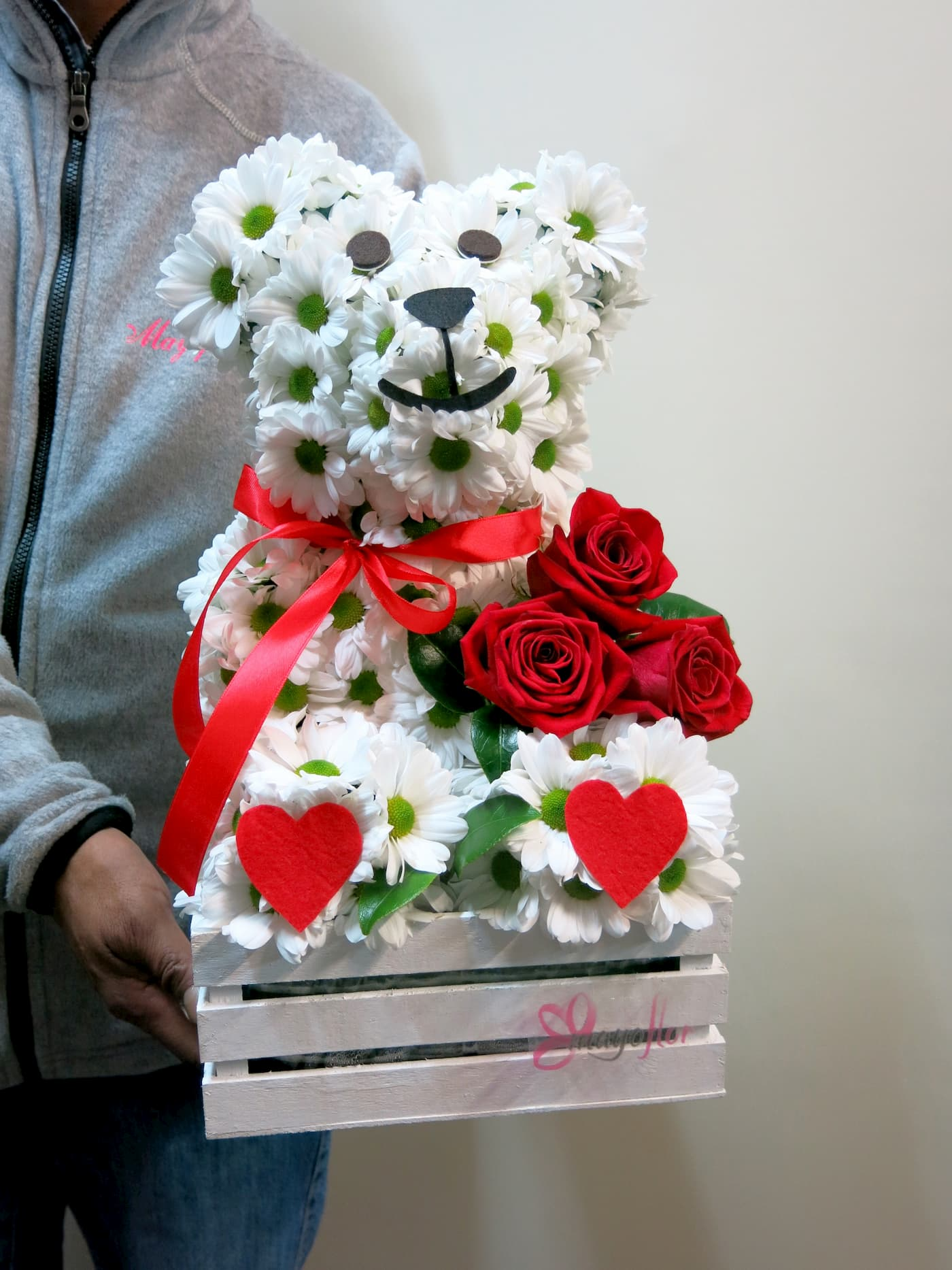 The Roses are brought by the teddy bear made of white daisies. - Foto 4
