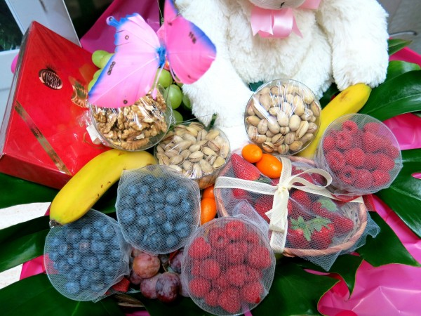 Red fruit basket with Orchid - Foto 3