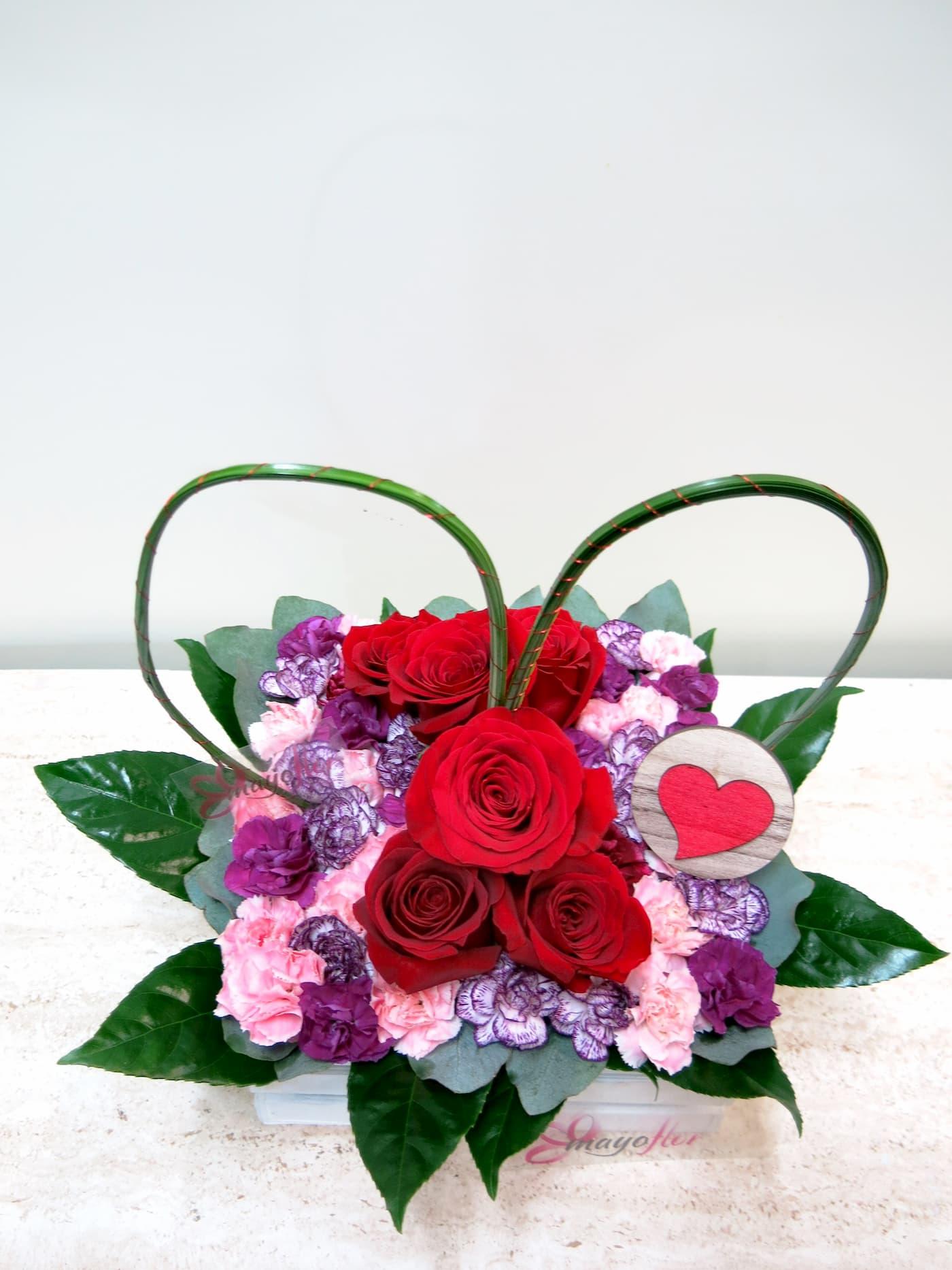 Centro de rosa Y clavellina en recipiente de madera blanca con un gran corazón - Foto 2