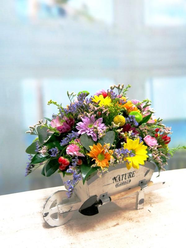 Carretilla con flores naturales - Foto principal