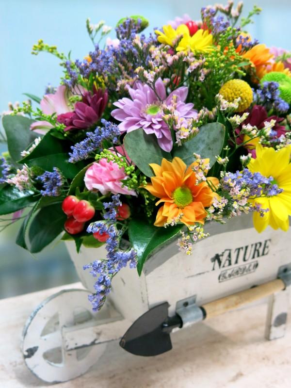 Carretilla con flores naturales - Foto 2