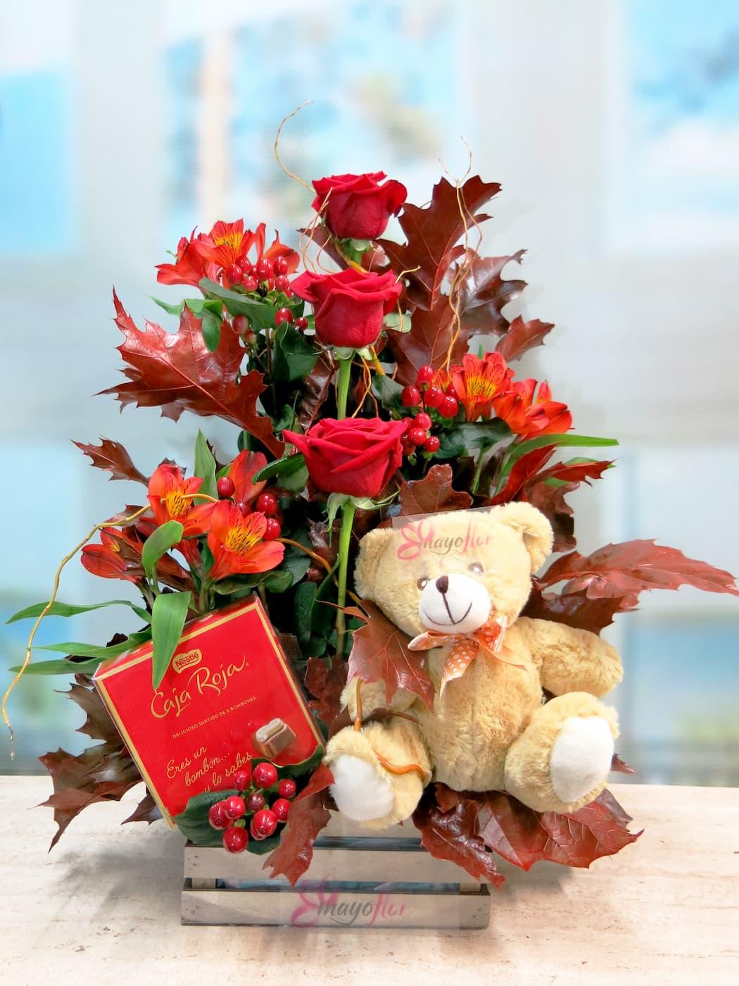 centro de rosas otoñal con rosas, peluche y bombones - Foto principal