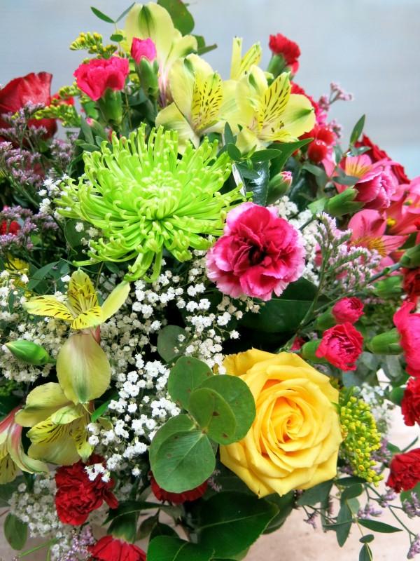 Explosión de color, cesta de mimbre con flores muy variadas - Foto 3