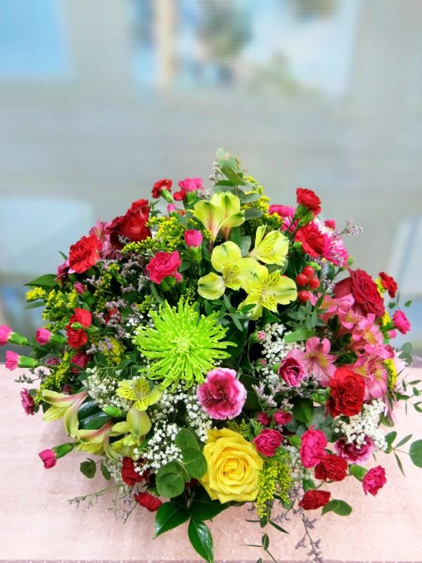 Explosión de color, cesta de mimbre con flores muy variadas - Foto 2