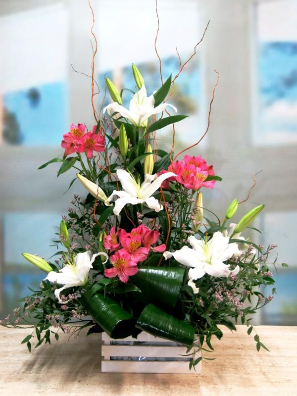 Frescor de amanecer: Lilium y Alstroemeria centro floral - Foto principal