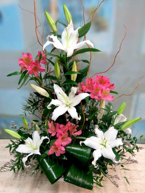 Frescor de amanecer: Lilium y Alstroemeria centro floral - Foto 2