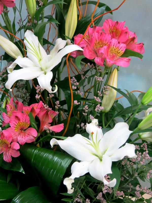 Frescor de amanecer: Lilium y Alstroemeria centro floral - Foto 3