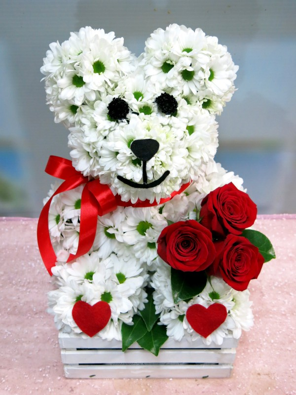 The Roses are brought by the teddy bear made of white daisies. - Foto 2