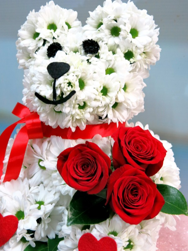 The Roses are brought by the teddy bear made of white daisies. - Foto 3