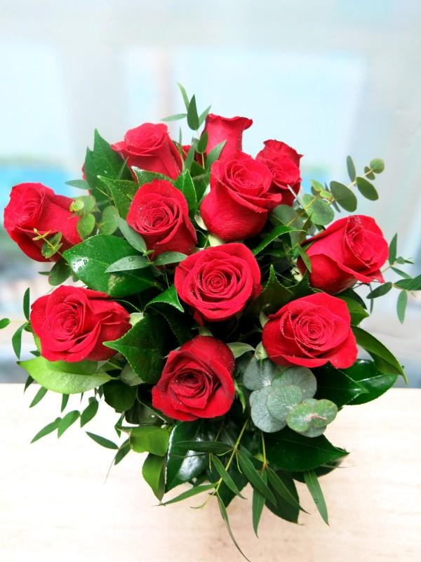 El ramo de 12 Rosas (tallo de 50-60 cm.) de color rojas