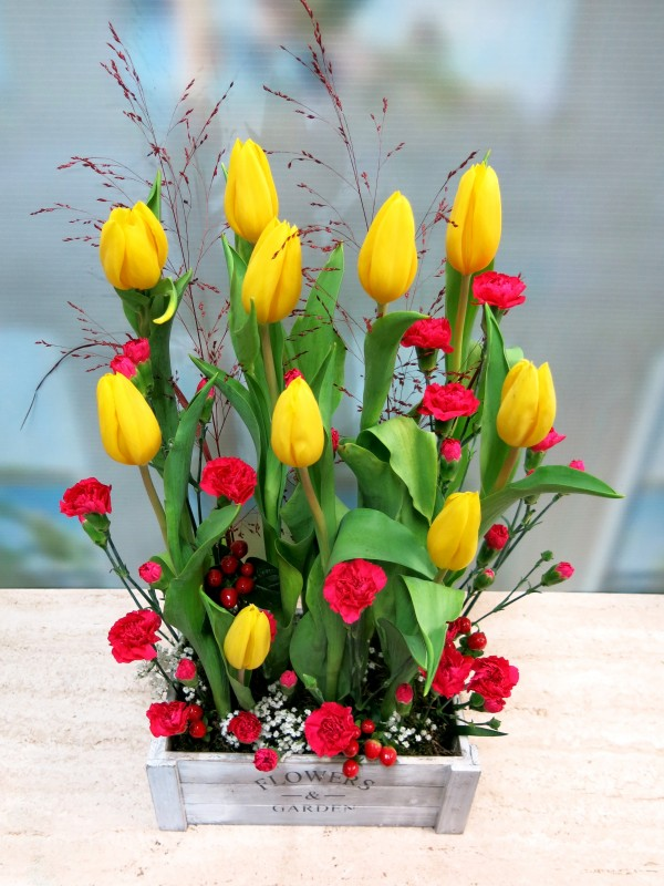 Tulips and mini carnation is a good combination. Send tulips in wooden box to your home - Foto 2