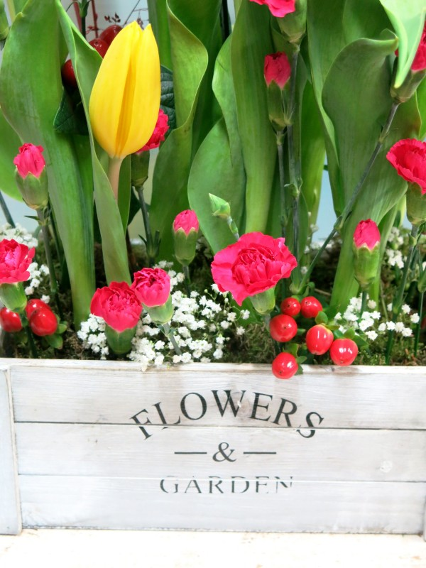 Tulips and mini carnation is a good combination. Send tulips in wooden box to your home - Foto 4